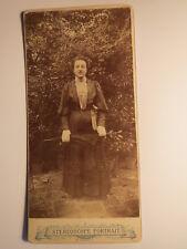 draußen stehende Frau mit Schirm / KAB Stereoscope Portrait / RS Plattenkamera