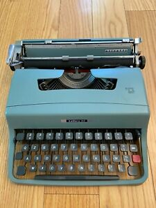 VINTAGE OLIVETTI LETTERA 32 PORTABLE TYPEWRITER MADE IN ITALY
