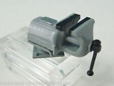 Parallel-Schraubstock mit Drehplatte im Maßstab 1:22,5 (96013 F)