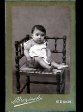 SAINT-DENIS (93) BEBE sur CHAISE / PHOTOGRAPHIE BRESINSKI