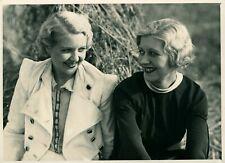 Vintage photograph - formal portrait panto dancers girls chorus line blondes pic