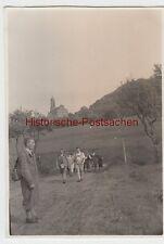 (F8196) Orig. Foto Castell (Unterfranken), Wanderer bei der Kirche (Steigerwald)
