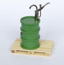 Dingler Ölfass grün mit Pumpe und Holzpalette Maßstab 1:32 Spur 1