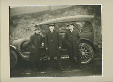 VINTAGE CAR PHOTO W/ MATTE - 3 MEN W/ COATS, HATS   GLOVES