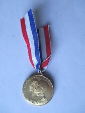' ELECT COCOA ' ISSUED 1911 CORONATION GOLD PLATED BRASS MEDAL (32mm) AEF
