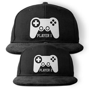 Player 1 + 2 - Partner Snapback Caps - Vater Sohn Nerd Gamer Dad Zocken Konsole