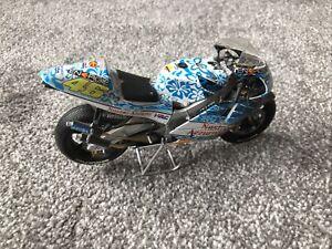 Minichamps 1:12 Valentino Rossi-Nastro Azzurro - 2001 - Broken Windscreen