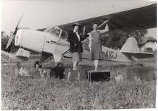 snapshot photo vintage femmes avec valises à côté d'un avion ENCAN vers 40-50