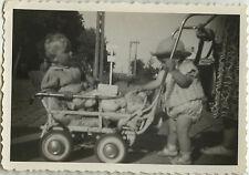 PHOTO ANCIENNE - VINTAGE SNAPSHOT - BÉBÉ ENFANT LANDAU POUSSETTE MODE DRÔLE BABY