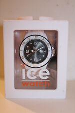 Montre Ice Watch blanche sur fond noir