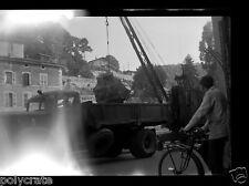 Portrait cycliste vélo arrachage souche d'arbre camion - négatif photo ancien
