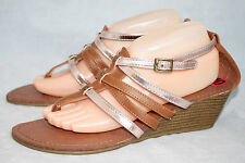 NWOB Steve MADDEN GIRL Welliee Wo's 10 Tan Gold Faux Leather Wedge Thong Sandals