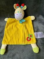 1639-Doudou plat Girafe jaune vert pomme champignon MOTS D'ENFANTS Comme neuf