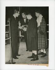 Londres, le Duc d'Edimbourg récompense le vainqueur du combat de boxe Vinta