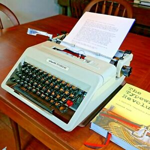 Olivetti Studio 45 Typewriter w/case+new ribbon: in beautiful working condition.
