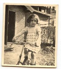 Petite fille sur vélo tricycle - photo ancienne amateur an. 1934