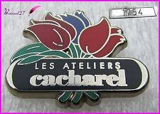 """Pin's Parfum Perfume Fleurs """" Les ateliers de CACHAREL """" Très rare numéroté 1754"""