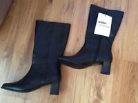 """New """" CLARKS """" Shoe Size 7 LODGE Mid Wider CALF Black Leather Boots Heel"""