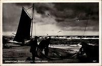 Ostseeheilbad Niendorf ~1930/40 Strandpartie Fischer machen Segelboot seeklar