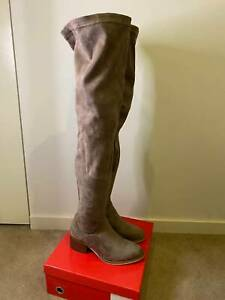 Size 6 beautiful condition Knee Hight Boots for winter!