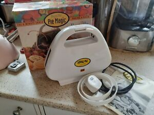 BREVILLE PIE MAGIC MAKER MODEL PM1, HAS PASTRY CUTTERS