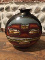 Très Beau Vase  Dessin Abstrait en Terre Cuite Signé Signature À Identifier 1970