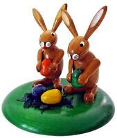 Osterdekoration Hasen auf Sockel mit Ei