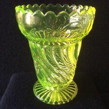 Un molto raro Vittoriano Edward Moore VASELINA/vaso di vetro pressato URANIO c1887