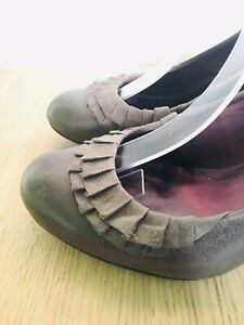 CLARKS Cushion Soft Court Shoes Slip On Real Leather Suede Taupe 5 38 Mid Heel G