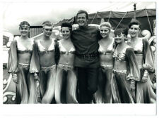 photo cinéma - James Bond Octopussy - Roger Moore & pin-up circus 1983