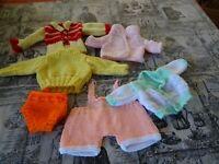 lot poupée poupon20/30cm tricoté main 6piéces jaune,vert/rose  belle garde/robe