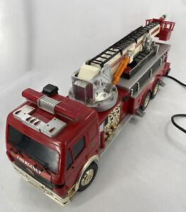 RARE VINTAGE 1988 NEW BRIGHT NO 88 FIRE TRUCK WITH REMOTE CONTROL  READ DESCRIP.