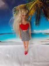 Barbie Puppe, mit schwar-weißen Rock und roten Oberteil, lange blonde Haare