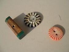3 anciens boutons de collection , dont 2 psychédélique