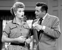 """LUCILLE BALL AND DESI ARNAZ IN """"I LOVE LUCY"""" - 8X10 PUBLICITY PHOTO (AA-677)"""