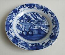 Delft. Assiette en faïence décor en camaïeu bleu de fleurs, XVIIIe siècle
