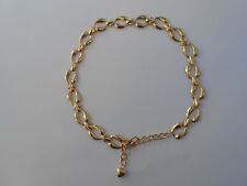 Cinturon / collar dorado de cadena con colgante de corazon en el cierre.