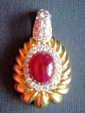 Anhänger 750er Gelbgold, besetzt mit einem großen Rubin-Cabochon und Diamanten