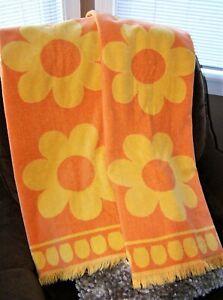 2pc Vtg CANNON Royal Family MCM Orange Yellow FLOWER POWER DAISY Bath Towel Set