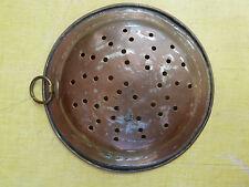 Ancienne assiette; passoire percée en cuivre art populaire