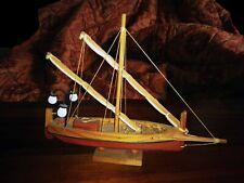 Barca in legno con vele raccolte
