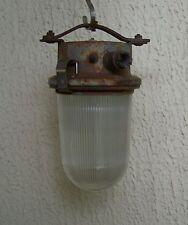 Ancienne Lampe de cour de ferme, coursive, milieu industriel, atelier