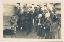 Foto/AK Wehrmacht  Kübelwagen-Soldaten-Bevölkerung (4034)