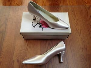 Special Occasions By Saugus Shoe White Satin Silk Sz 8 M Heel Shoes Pumps NIB