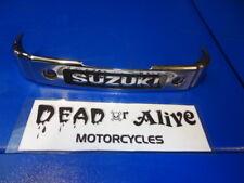 SUZUKI GZ  125 MARAUDER,   BOTTOM YOKE COVER / SUZUKI BADGE