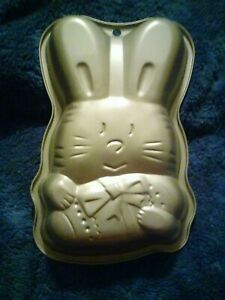 VINTAGE Easter Bunny rabbit with Easter Egg Aluminum Cake Pans. Set of 2.