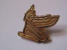 Pin's déesse égyptienne Isis aux ailes déployées (doré signé Arthus Bertrand)
