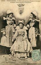 PONT AVEN Sa Majesté la Reine des Fleurs d'Ajoncs et deux demoiselles d'honneur