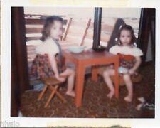 POL619 Polaroid Photo Vintage Original enfants fillette table floue