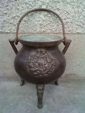 ancien chaudron bronze armoirie musiciens / pieds tete haute epoque ? cauldron